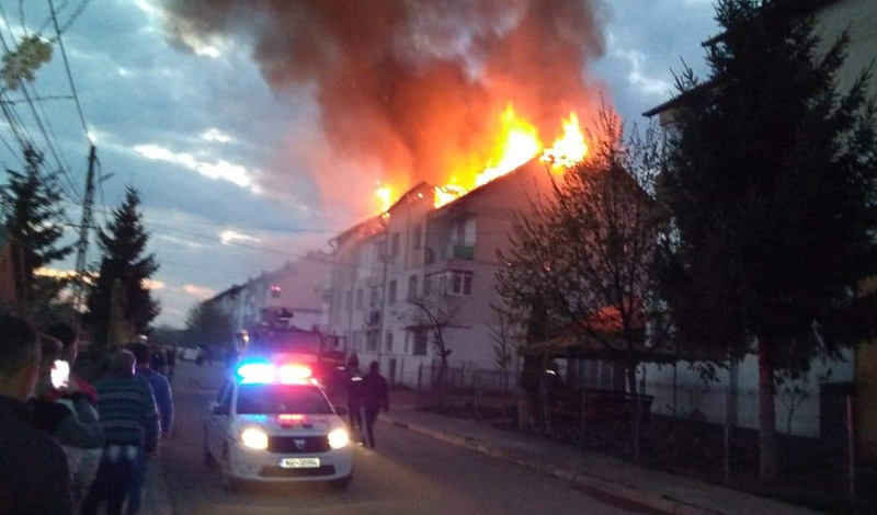 Incendiu la Bucecea: șarpantele de pe două blocuri sunt mistuite de flăcări