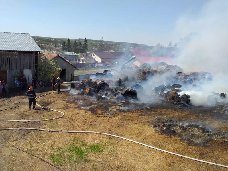 Incendiu la Crasnaleuca: 200 de baloți de furaje în flăcări! FOTO