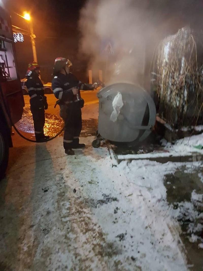 Incendiu la o ghenă de gunoi: Exista pericolul ca focul să cuprindă mașinile parcate în zonă!