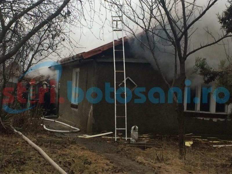 Incendiu la o locuinţă din municipiul Botoşani! Pompieri, poliţişti, jandarmi şi cadrele medicale au ajuns la faţa locului! FOTO