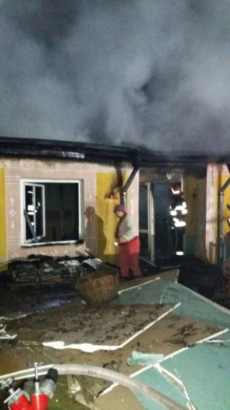 Incendiu la Oneaga! O casă în renovare a fost distrusă de foc! FOTO