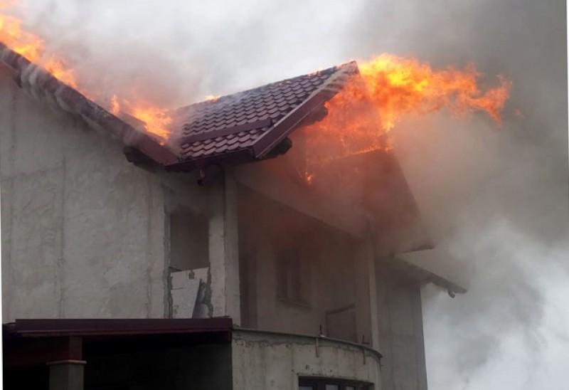 Incendiu la Tocileni. Pompierii au intervenit cu mai multe autospeciale