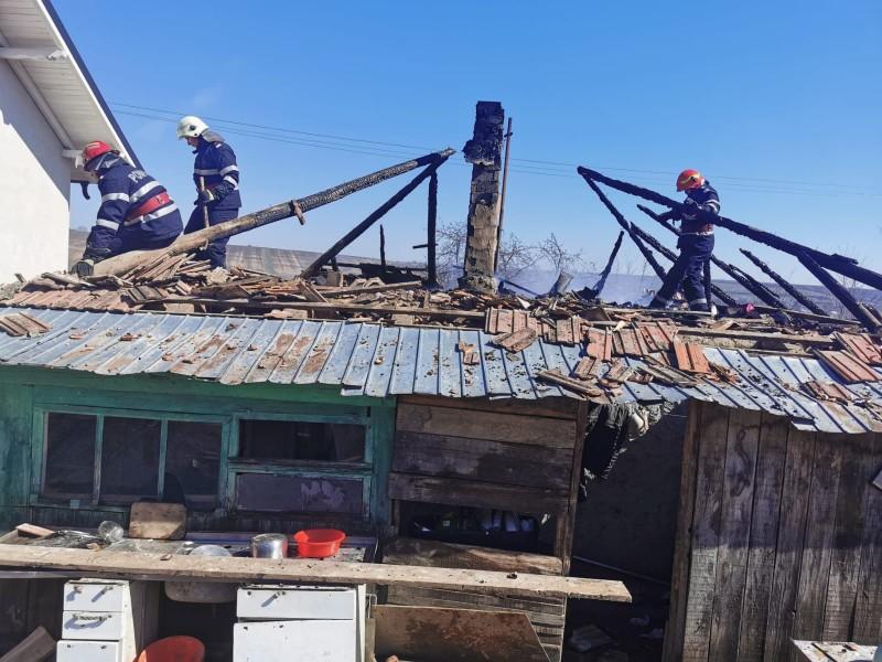 Incendiu la Ungureni stins de pompierii din Săveni