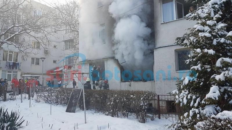Incendiu puternic! Apartament cuprins de flăcări într-un bloc din Botoşani, persoane inconştiente transportate la spital! FOTO