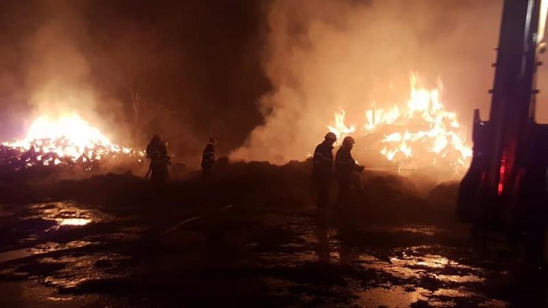 INCENDIU puternic la un depozit de furaje: Pompierii luptă de mai bine de șase ore cu flăcările! FOTO