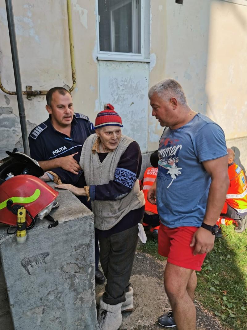 Incendiu. Un bătrân a refuzat să părăsească apartamentul în flăcări!