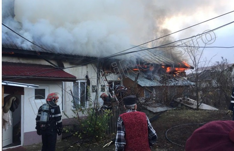 Incendiu violent la Dorohoi! Patru locuințe cuprinse de flăcări, o persoană a ajuns la spital - FOTO