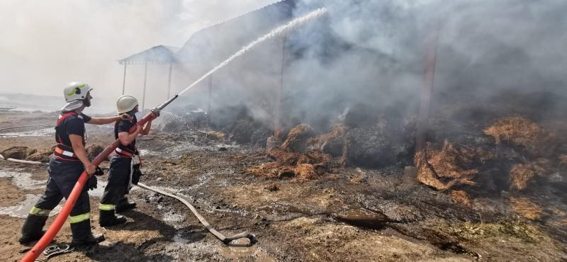 Incendiul care a cuprins un depozit din Ripiceni, nu a fost lichidat nici după 24 de ore