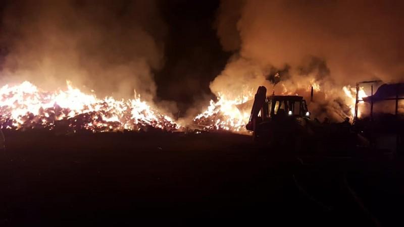 Incendiul de la Corlăteni, stins cu 27 de pompieri, după mai bine de 11 ore!