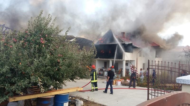 Incendiul din Mesteacăn, lichidat după șapte ore de eforturi. Pagube de 500.000 de lei