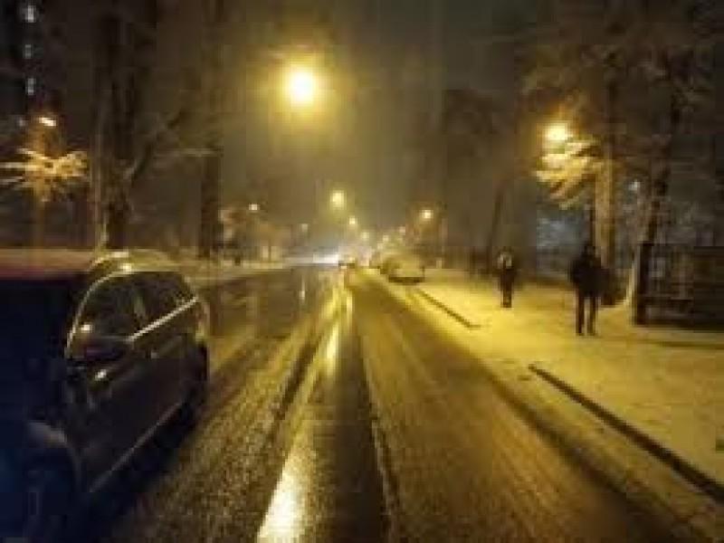 Început de săptămână cu zăpadă, în Botoșani. Utilajele au circulat toată noaptea, pentru aplicarea de antiderapant