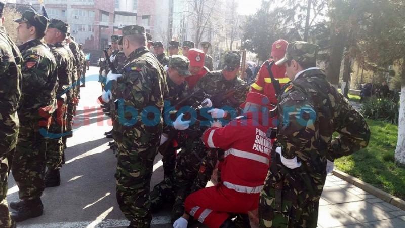 Incident în timpul ceremoniei pentru Ziua Nato! Un militar a leşinat! FOTO