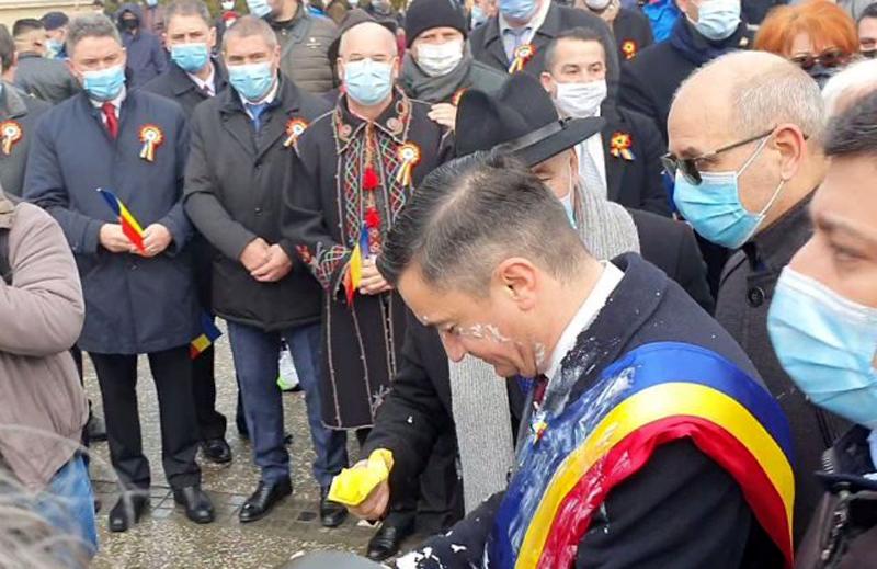 Incidente în Piaţa Unirii din Iași la ceremoniile dedicate Unirii Principatelor. Primarul Iașului, atacat cu iaurt (Video)