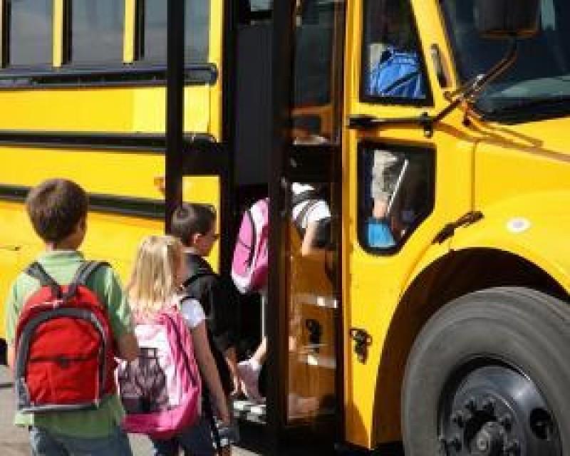 Inconștiență! A băut de dimineață, apoi a urcat la volanului autobuzului care transporta elevii la școală!