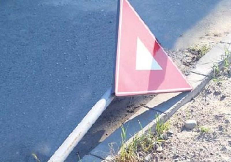 Inconștiență! Indicatoare rutiere îndepărtate de șoferi nemulțumiți de regulile instituite de autorități!
