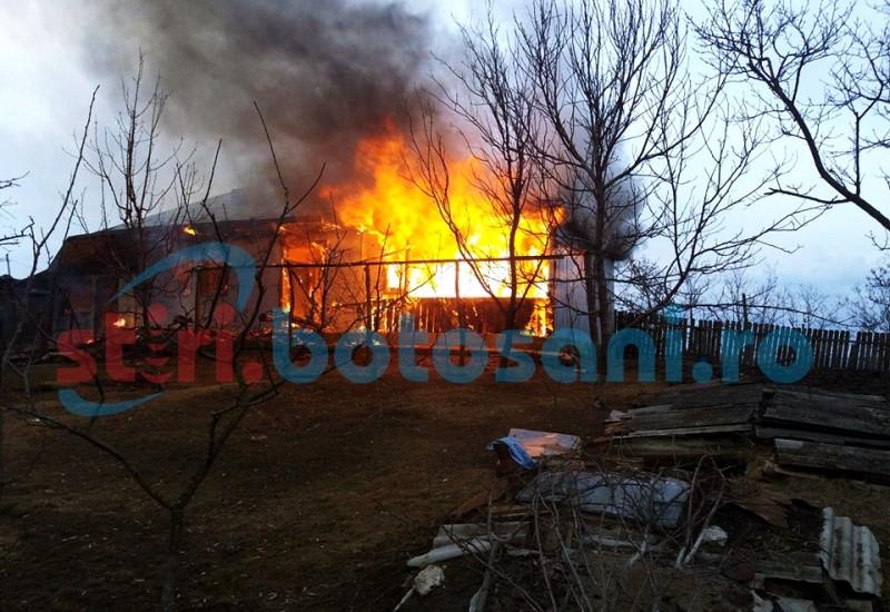 INCREDIBIL! Casă distrusă de incendiu la Mihălășeni: mașina pompierilor împotmolită pe un drum IMPRACTICABIL! FOTO, VIDEO
