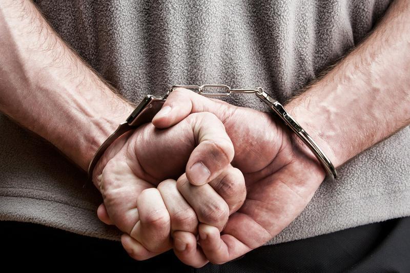 Incredibil! Hoțul nu s-a mai obosit să îl buzunărească: I-a furat haina cu totul!