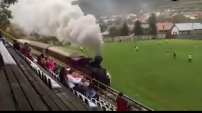 INCREDIBIL! Trenul care traverseaza un stadion, in timpul unei partide de fotbal! VIDEO