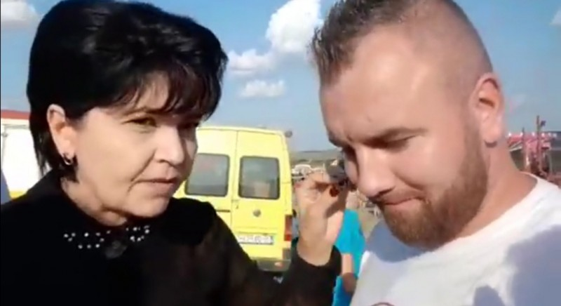 Inedit: un tânăr a alergat după politicienii invitați la un festival din județ, i-a luat la rost și a transmis LIVE discuția