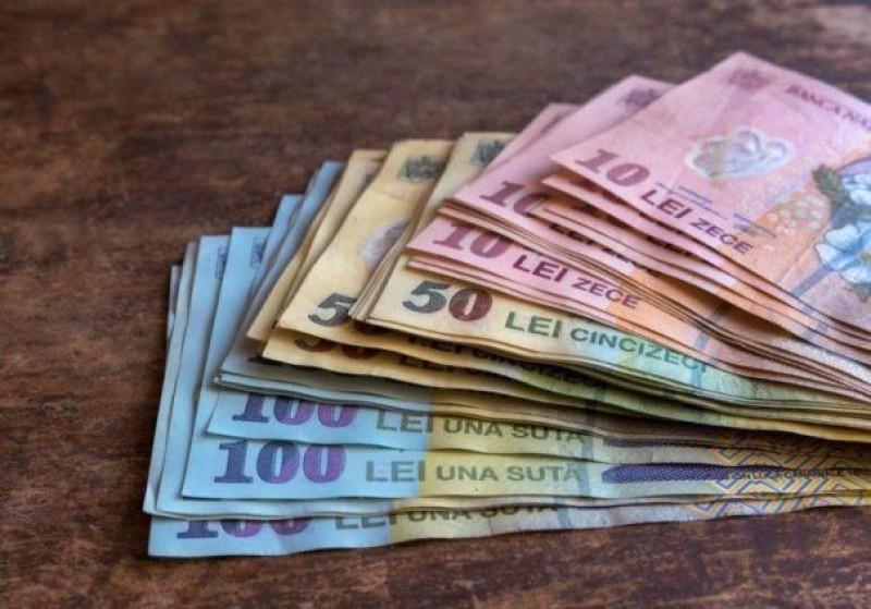 Îngropați în datorii! Câți bani datorează un român