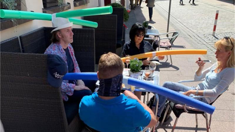 Înspirați de învățământul din China, patronii unei cafenele din Germania au găsit o soluție uimitoare pentru menținerea distanțării sociale - Video