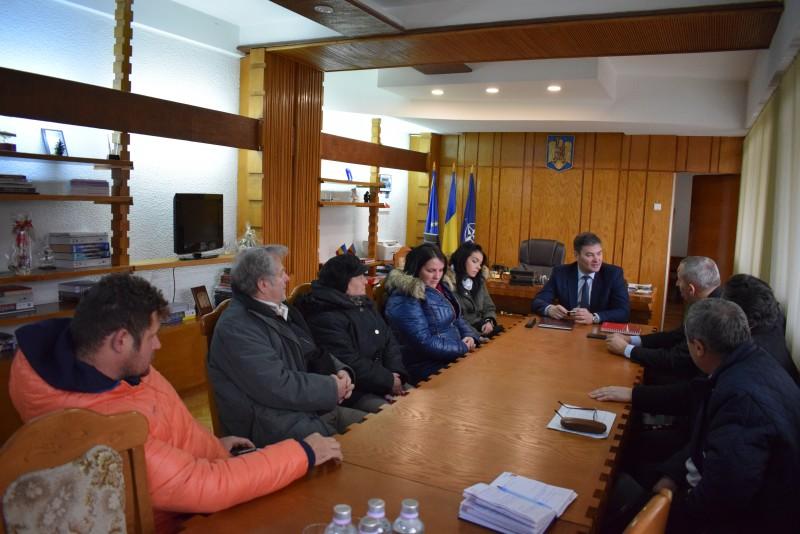 Întâlnire convocată de prefect cu proprietarii din blocul afectat de explozie şi reprezentanţii Delgaz Grid şi ai proiectantului