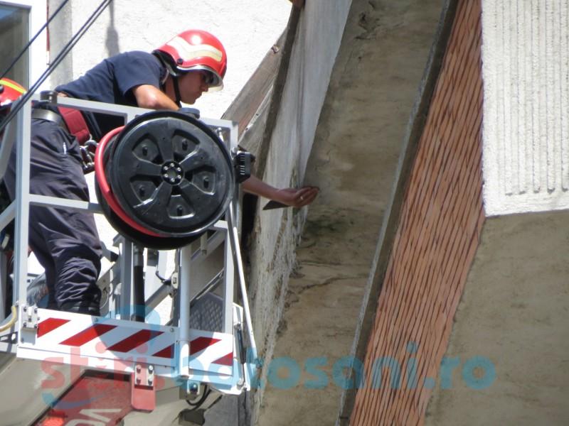 Intervenţie a pompierilor la înălţime FOTO