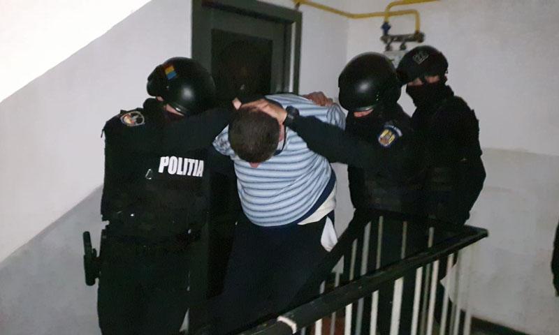 Intervenție în forță a poliției în această seară: Serviciul pentru Acțiuni Speciale a scos din casă bărbatul cu afecțiuni care își sechestra soția - Foto & Video