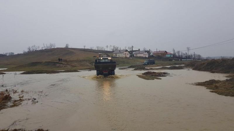 Inundații în nordul județului! Magazinul din sat aprovizionat cu tractorul de la Primărie, autoritățile evaluează situația! - FOTO, VIDEO