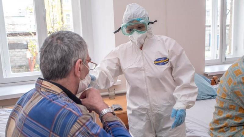 Iohannis a cerut Guvernului să acorde bonus de 500 de euro lunar fiecărui cadru medical care lucrează în spitalele COVID