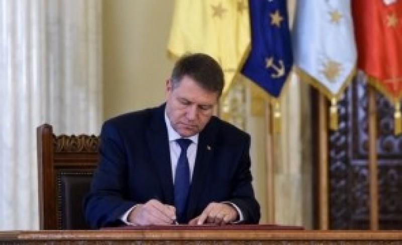 Iohannis a promulgat legea: Persoanele care refuză un loc de muncă vor pierde ajutorul social!
