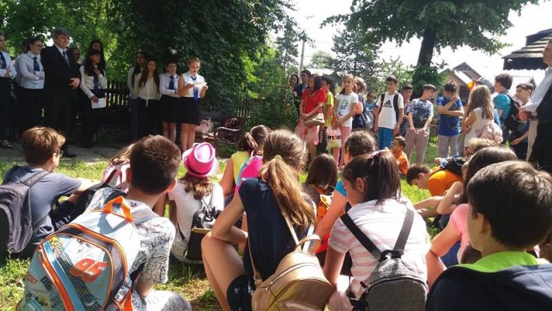 Iorga 146, la Botoșani: Curtea Casei Memoriale, plină de elevi cu flori și cântec! FOTO, VIDEO