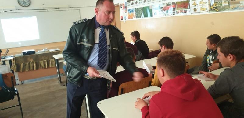 IPJ Botoșani: Campanie de informare a elevilor pe problematica prevenirii consumului de droguri - FOTO