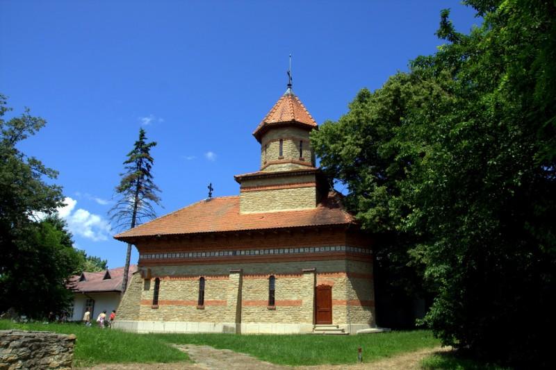 Ipoteștii sub ocrotirea Sfinților Arhangheli Mihail și Gavriil, cu o biserică unicat în ortodoxie