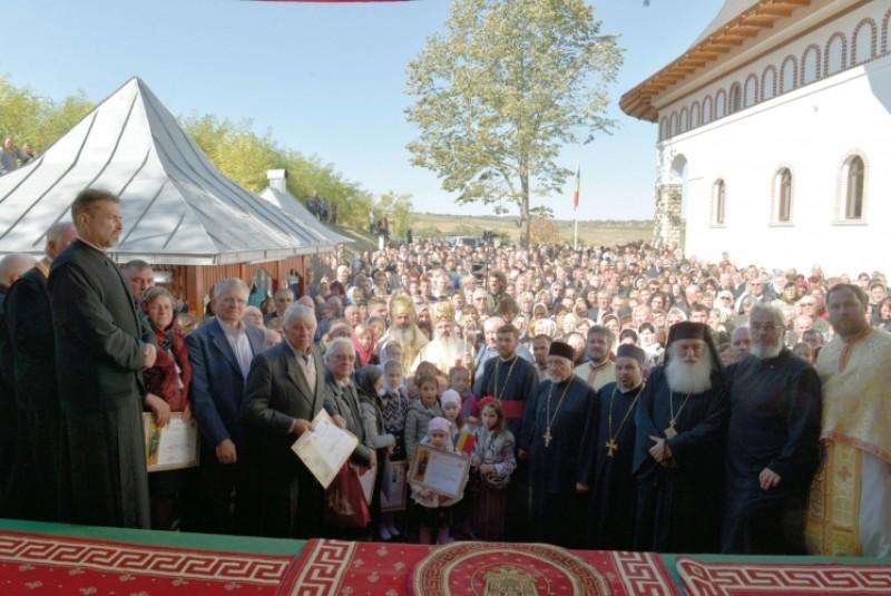 IPS Teofan a oficiat slujba de sfinţire a bisericii din Buzeni