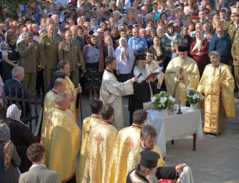 IPS Teofan a sfințit clopotniţa de la Biserica Cercului Militar Botoşani