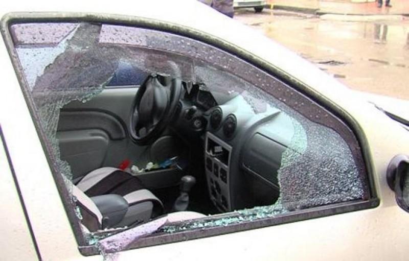 Ispava unui botoșănean: a spart geamul portierei și l-a lăsat pe meseriaș fără scule!