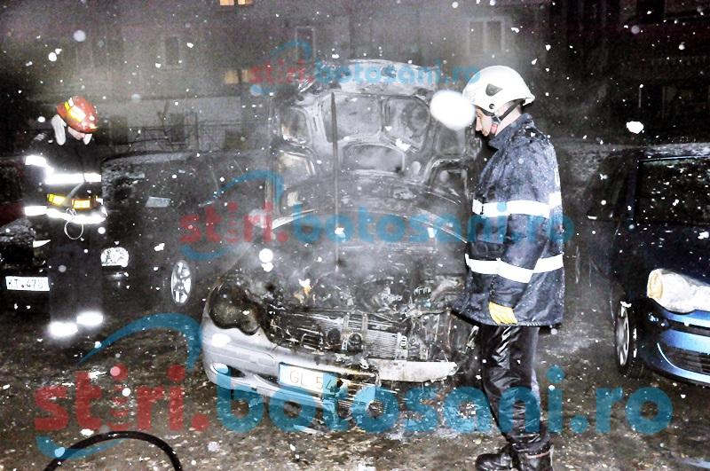 Mașină distrusă de flăcări într-o curte!