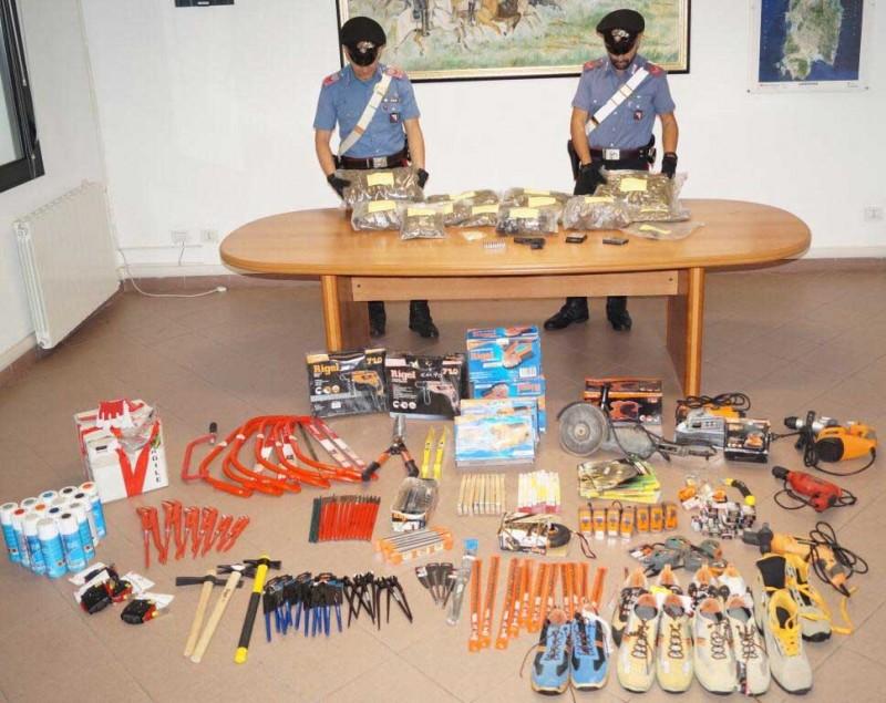 Italia: Un român ascundea în podul casei 42 de biciclete furate, droguri și arme artizanale