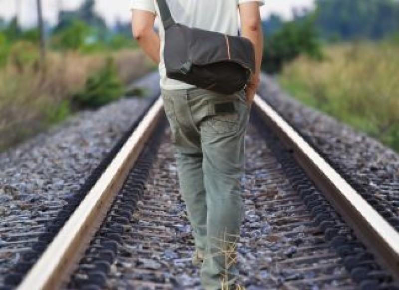 Italia: Un tânăr român vrea să se sinucidă, dar greșește șinele de cale ferată. Trenul trece pe lângă el