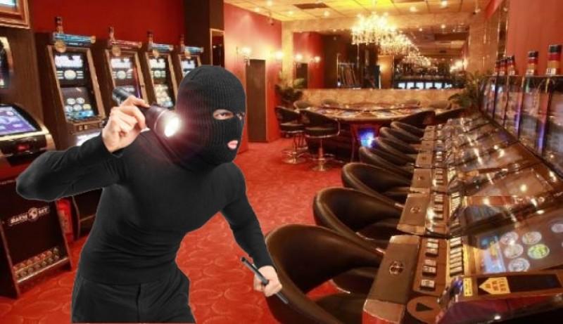 JAF la un casino în miez de noapte! Angajată amenințată cu un cuțit! Vezi cu câți bani a fugit hoțul!