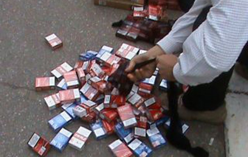 """Jandarmii au """"pus ochii"""" pe vânzătorii de țigări din Ucraina și Republica Moldova din Piața Centrală"""