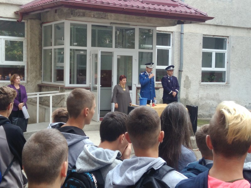Jandarmii botoșăneni, alături de elevi la deschiderea anului de învăţământ