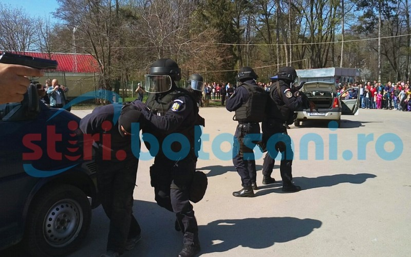 Jandarmii au invadat Parcul Mihai Eminescu din Botosani! Doi hoti inarmati au fost capturati de mascati! FOTO, VIDEO