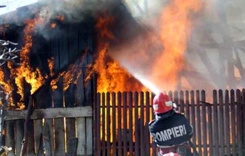 Joaca cu chibriturile provoacă noi daune: Doi puști au dat foc la casă iar o familie a rămas fără agoniseala de o viață