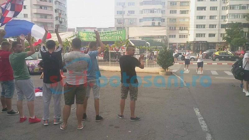 Jucatorii de la FC Botosani au fost asteptati de galerie, dupa victoria cu Dinamo Bucuresti! VIDEO
