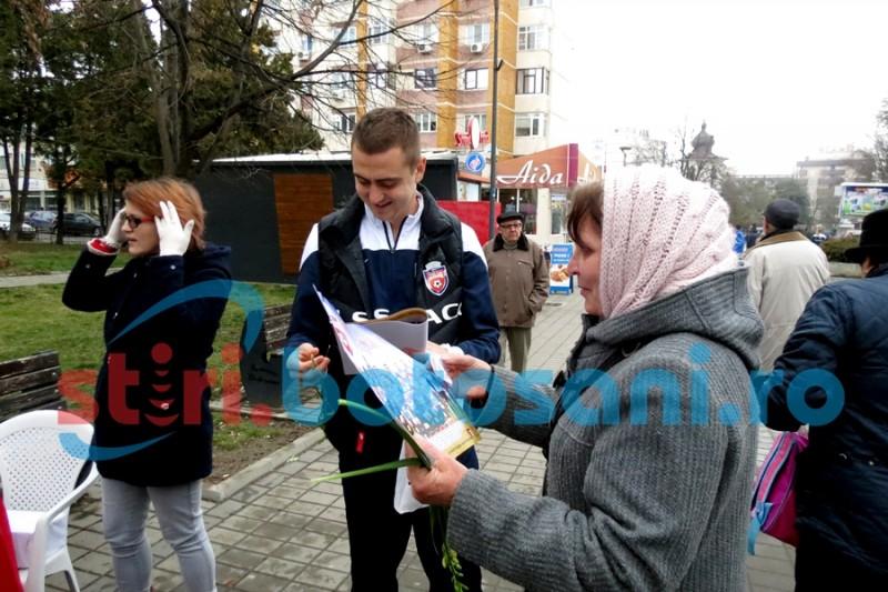 Jucatorii de la FC Botosani au oferit martisoare doamnelor si domnisoarelor! FOTO