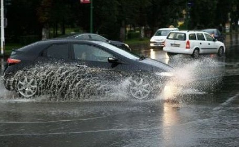 """Județul Botoșani, sub avertizare Cod Galben. Sfaturi pentru șoferi: """"Păstraţi-vă calmul, nu uitaţi de politeţea rutieră şi nu blocaţi intersecţiile!"""""""