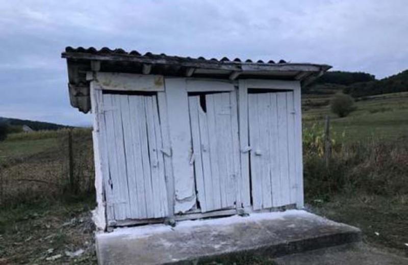 Jumătate din toaletele din curtea școlilor din România sunt la Botoșani?
