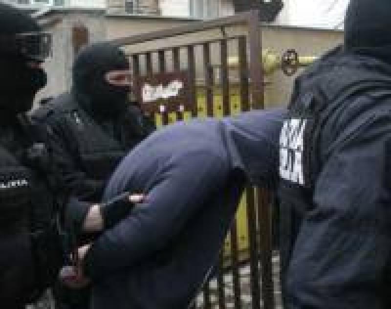 """La 19 ani, era dat în urmărire internațională. Polițiștii botoșăneni l-au """"cules"""" de la Prăjeni!"""
